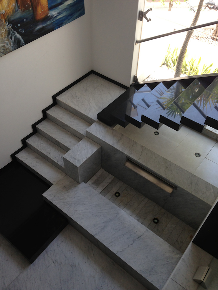 Modern Corridor, Hallway and Staircase by Hussein Garzon arquitectura Modern Marble