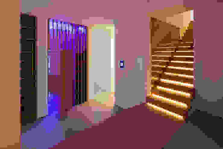 Weinkühlschrank Moderner Flur, Diele & Treppenhaus von schulz.rooms Modern