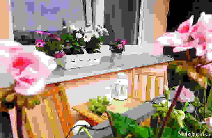 Niebałaganka Classic style balcony, porch & terrace