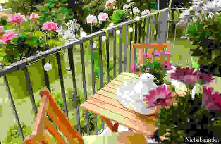 Aranżacja małego balkonu Klasyczny balkon, taras i weranda od Niebałaganka Klasyczny