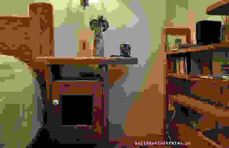 Stolik nocny drewniany z ozdobnym aniołkiem również drewnianym: styl , w kategorii  zaprojektowany przez Zakład Stolarski Robert Latawiec,Rustykalny