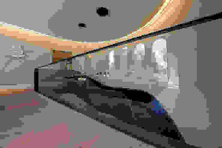 Modern Corridor, Hallway and Staircase by Vieyra Arquitectos Modern