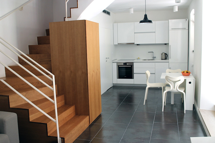 kitchen with the stairs in the left corner por drawing agency ltd Minimalista