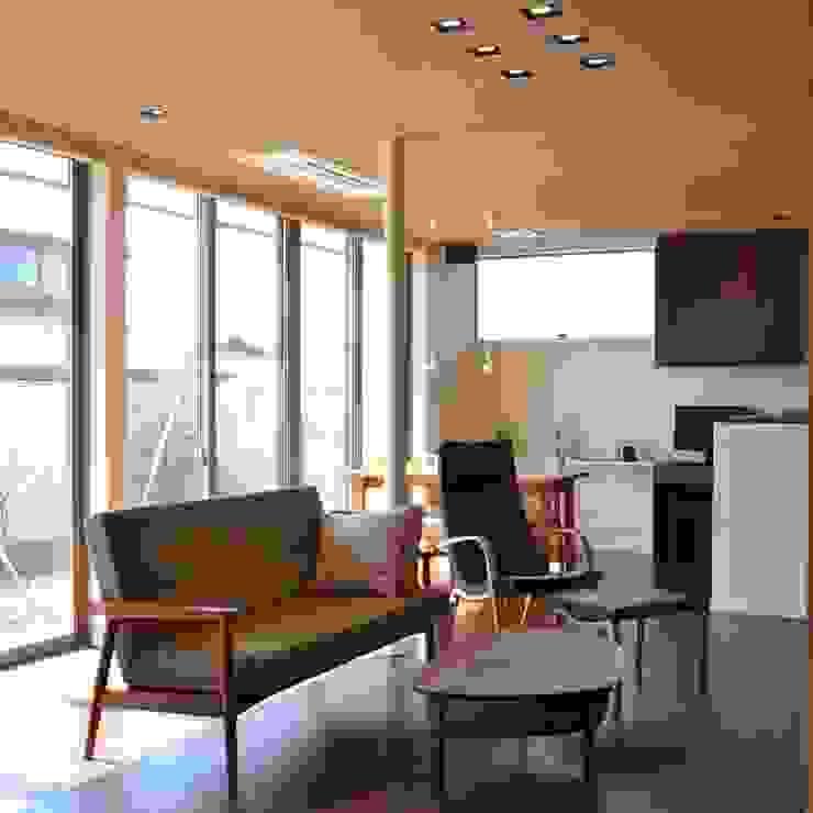 Livings de estilo moderno de 家楽舎 木田智滋住宅研究室 Moderno