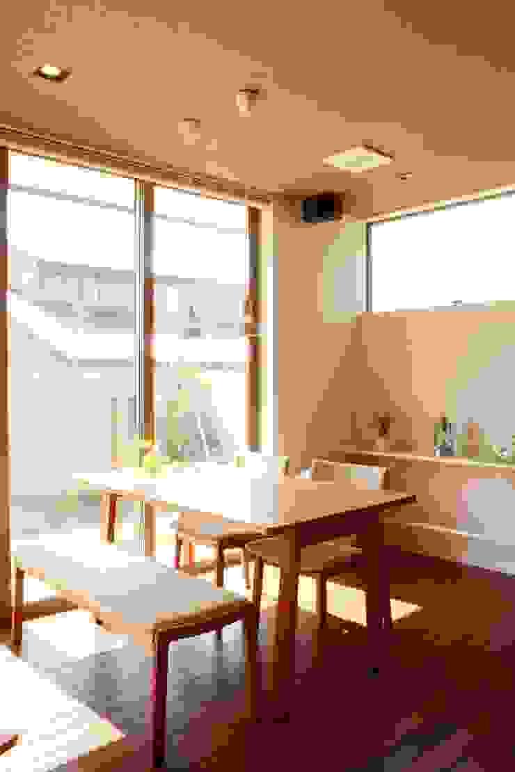 Comedores de estilo moderno de 家楽舎 木田智滋住宅研究室 Moderno