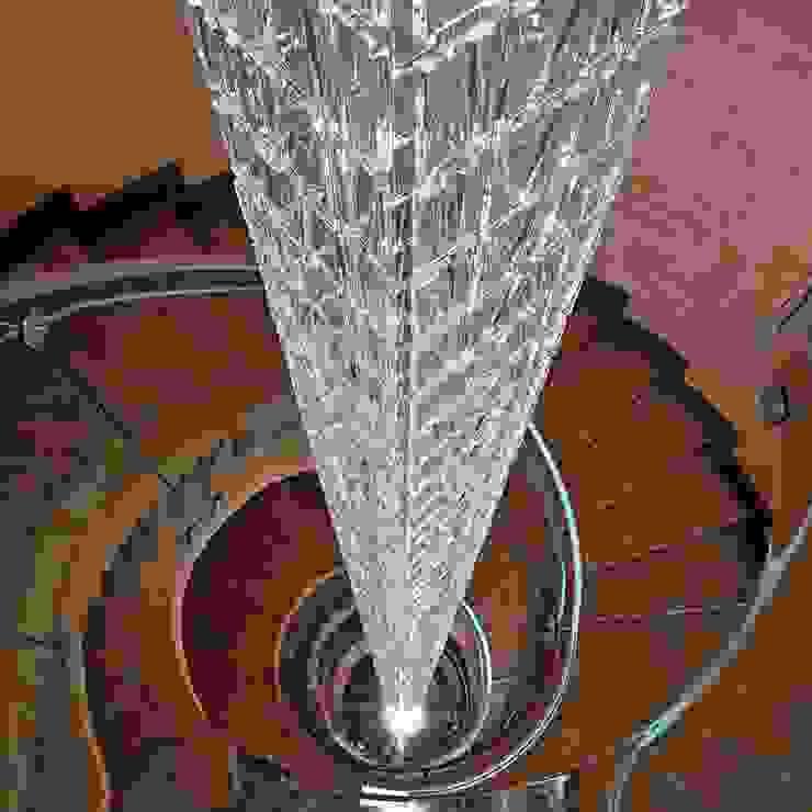 17-Casa Raúl- Lampara colgada de teselas de vidrio veneciano (Fabbian) de 9 metros de altura. Dos encendidos azul y blanco de DELSO ARQUITECTOS Moderno Vidrio