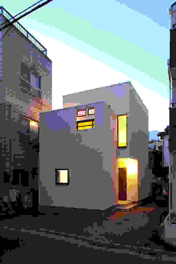 大島の家/エントランス夜景 ミニマルな 家 の アトリエ・ノブリル一級建築士事務所 ミニマル