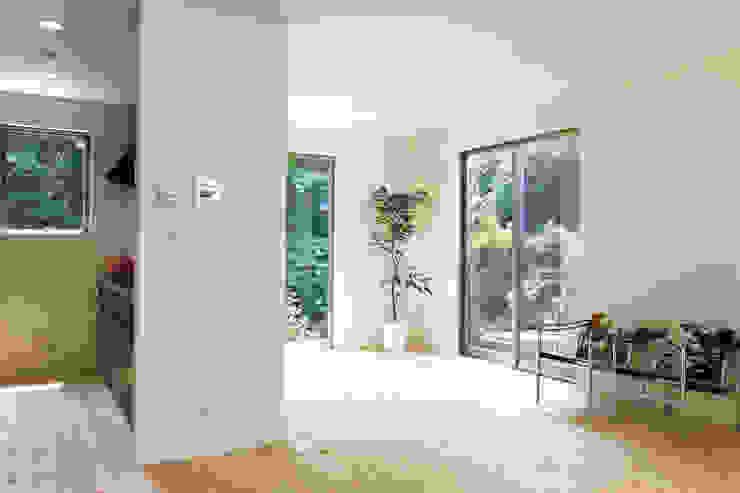 中庭を囲む家/リビングリーム ラスティックスタイルの 寝室 の アトリエ・ノブリル一級建築士事務所 ラスティック