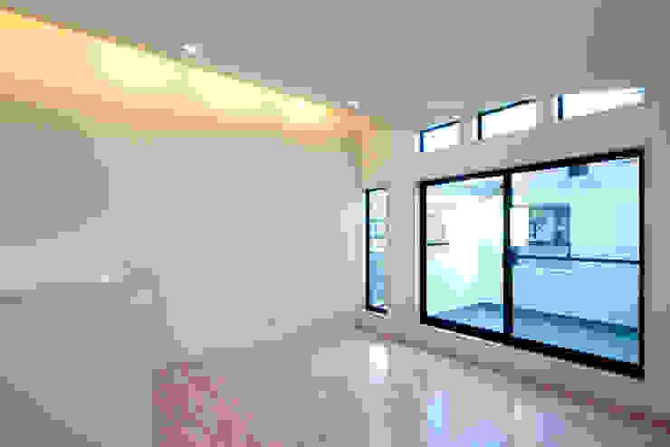 大島の家/リビングルーム ミニマルデザインの リビング の アトリエ・ノブリル一級建築士事務所 ミニマル