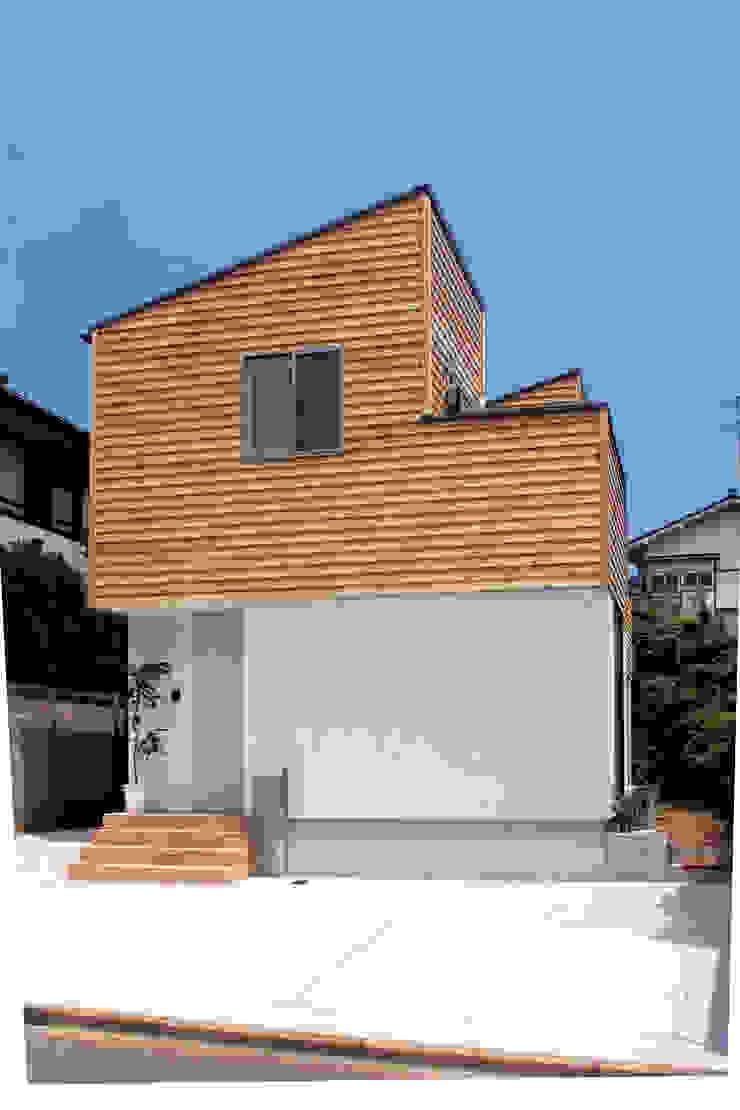 中庭を囲む家/エントランス ラスティックな 家 の アトリエ・ノブリル一級建築士事務所 ラスティック