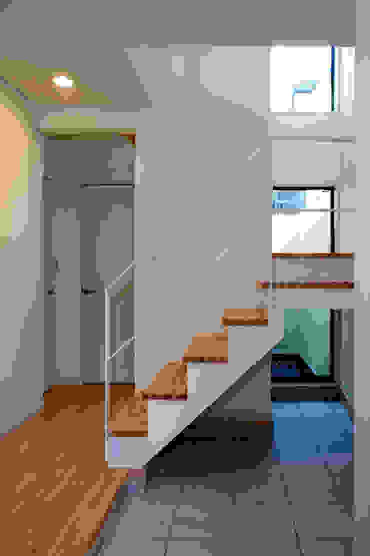 大島の家/エントランスホール階段 ミニマルスタイルの 玄関&廊下&階段 の アトリエ・ノブリル一級建築士事務所 ミニマル