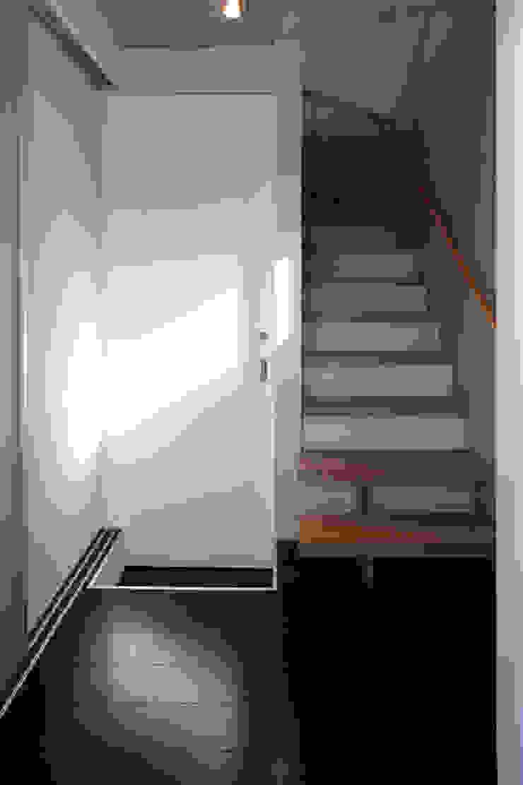 目黒の家/階段 ミニマルスタイルの 玄関&廊下&階段 の アトリエ・ノブリル一級建築士事務所 ミニマル