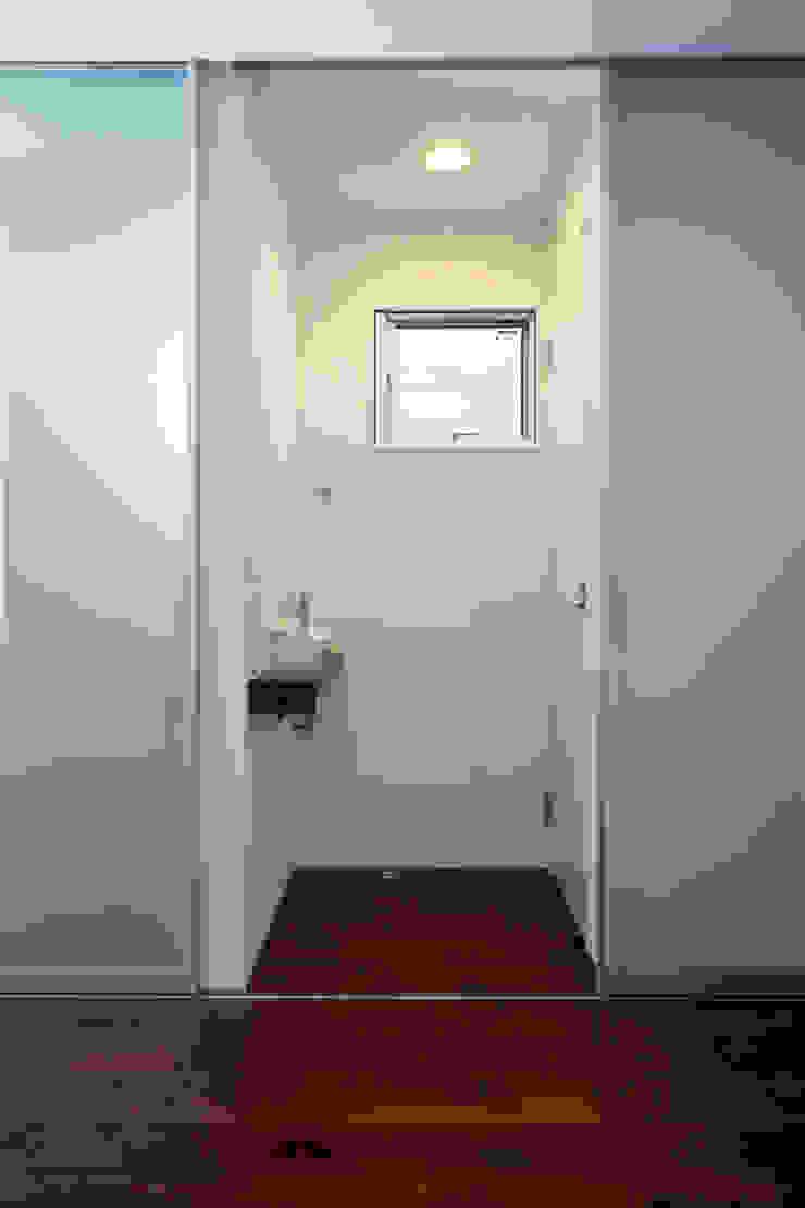 代沢の家/狭小トイレ ミニマルスタイルの お風呂・バスルーム の アトリエ・ノブリル一級建築士事務所 ミニマル