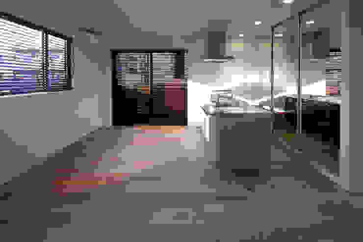 Salones de estilo minimalista de アトリエ・ノブリル一級建築士事務所 Minimalista