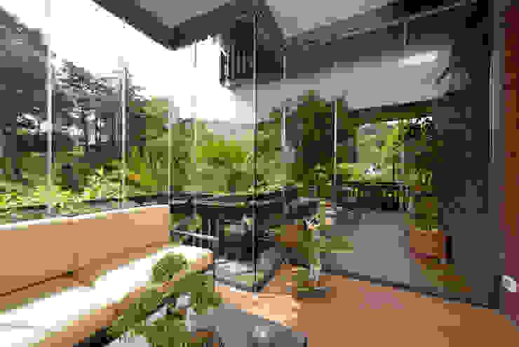 Jardines de invierno de estilo  por Le Verande srls