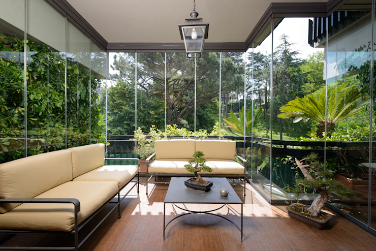 Door system fully tempered safety glass. Slide individually on an upper guide and a lower, without perimeter frame Modern conservatory by homify Modern