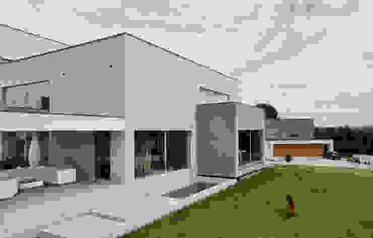 Дома в стиле модерн от MACIEJ JANECZEK ARCHITEKT Модерн