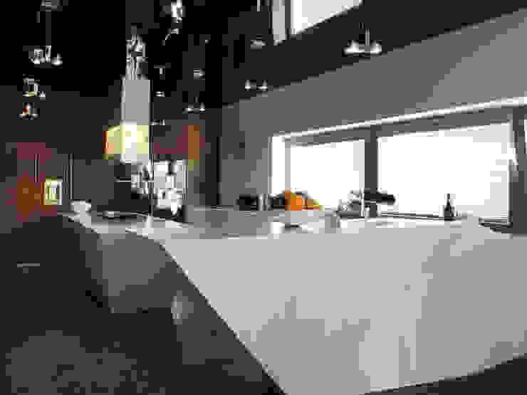 Cucina moderna di MACIEJ JANECZEK ARCHITEKT Moderno