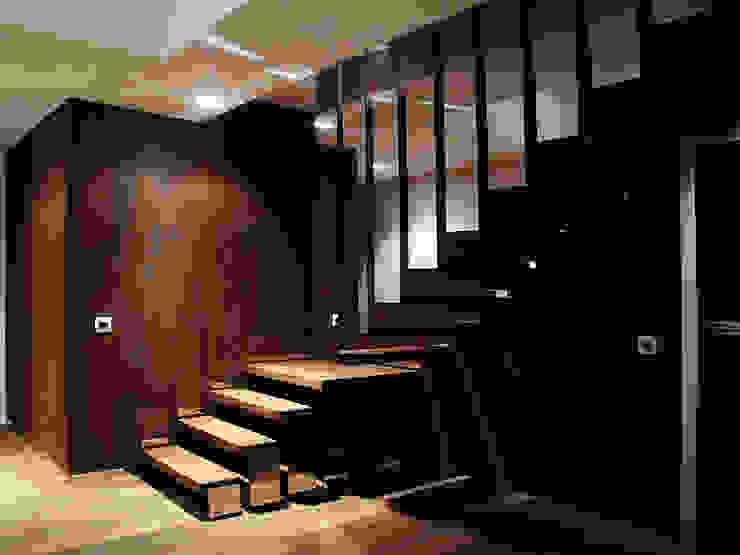 DOM ZI Nowoczesny korytarz, przedpokój i schody od MACIEJ JANECZEK ARCHITEKT Nowoczesny