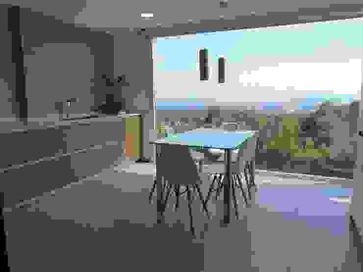 RENOVA INTERIORS Modern kitchen