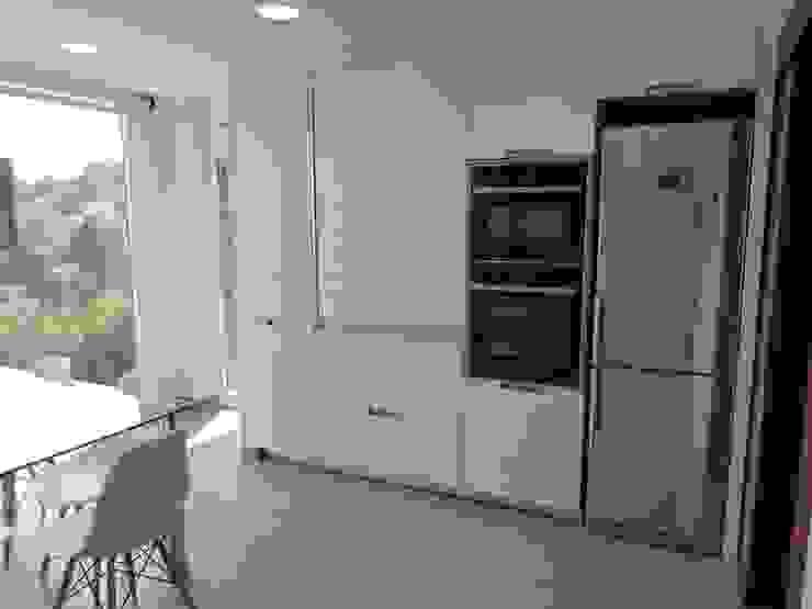 Zona de columnas Cocinas de estilo moderno de RENOVA INTERIORS Moderno