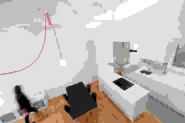 Espacio de almacenamiento en el falso techo de la cocina Dolmen Serveis i Projectes SL Comedores de estilo moderno