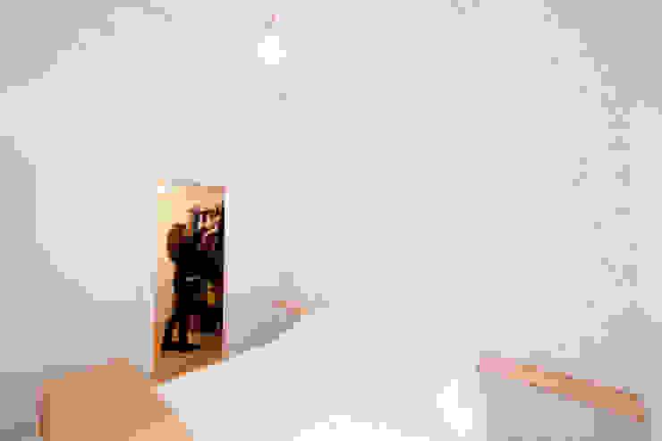 Acceso a vestidor desde habitación principal Dolmen Serveis i Projectes SL Closets de estilo moderno