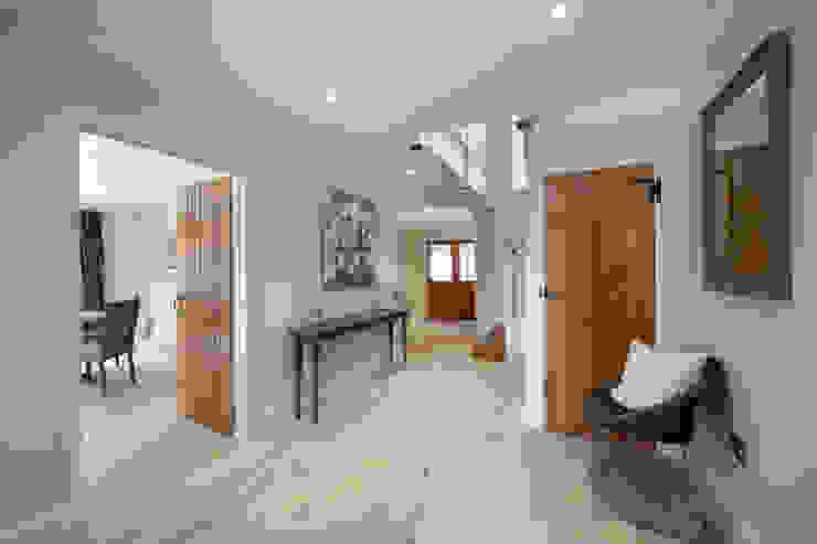 A Country Home Flur, Diele & Treppenhaus im Landhausstil von Emma & Eve Interior Design Ltd Landhaus