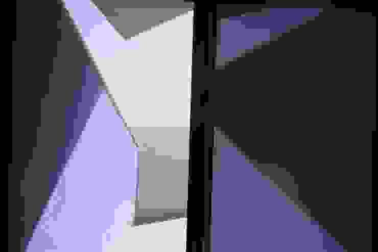 PROYECTO 4 Balcones y terrazas de estilo minimalista de LOWDECOR Minimalista Granito