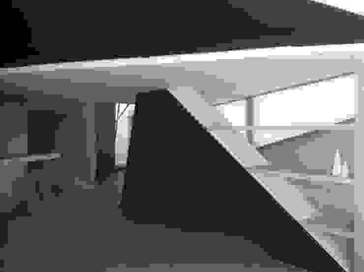 PROYECTO 4 Pasillos, vestíbulos y escaleras de estilo minimalista de LOWDECOR Minimalista Granito