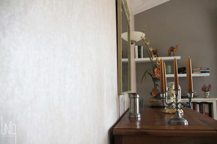Détail du revêtement mural. Salon classique par Uniq intérieurs Classique