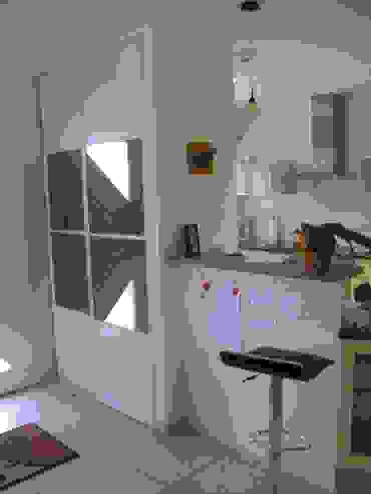 Entrée et bar avant travaux Couloir, entrée, escaliers classiques par Uniq intérieurs Classique