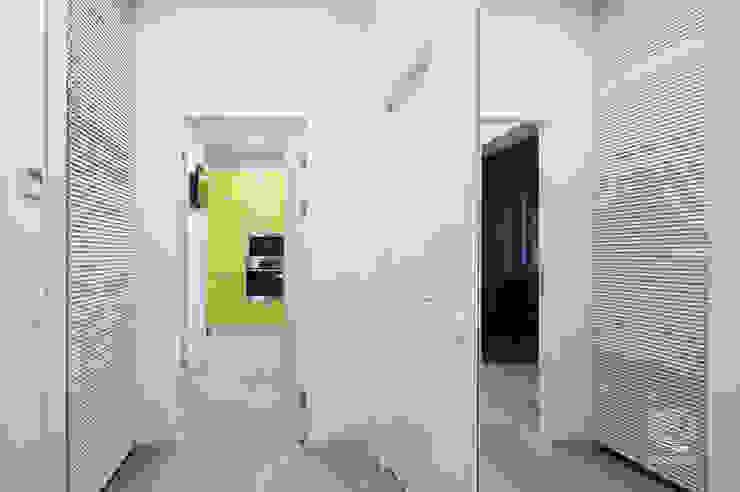 Couloir, entrée, escaliers minimalistes par ZROBYM architects Minimaliste