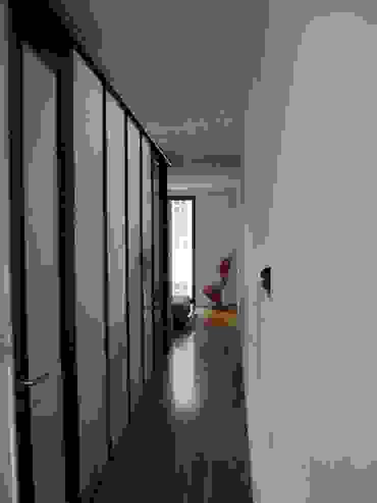 REFORMA DE APARTAMENTO EN CASCO HISTÓRICO, OURENSE Salones de estilo moderno de RDLC Moderno