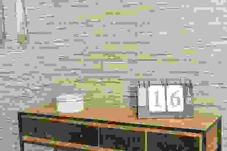 Gres porcellanato effetto pietra Piana Muschio 16x42 di homify Rurale