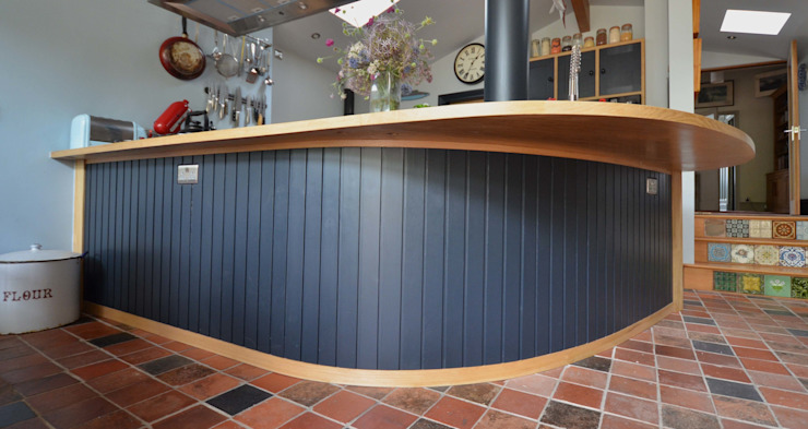 Oak Kitchen with curved detail 根據 Hout Design 殖民地風