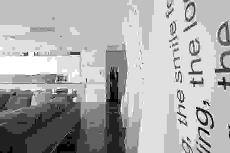 Кутузовская ривьера Коридор, прихожая и лестница в стиле минимализм от DECORA Минимализм