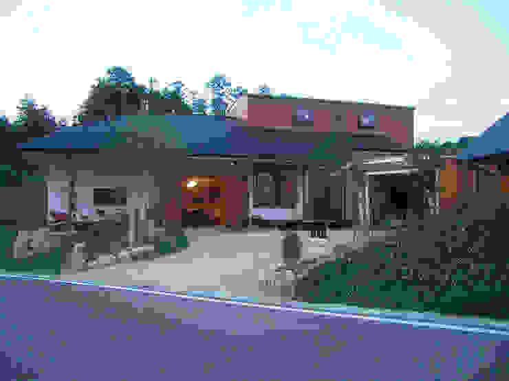 土間リビングが玄関 オリジナルな 家 の アトリエ優 一級建築士事務所 オリジナル