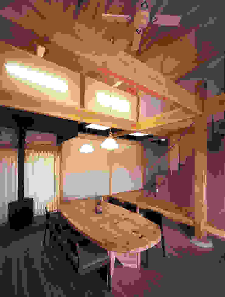 石場建ての大黒柱 オリジナルデザインの 多目的室 の アトリエ優 一級建築士事務所 オリジナル