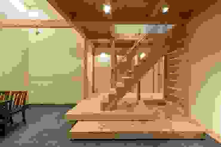 玄関土間と階段 オリジナルスタイルの 玄関&廊下&階段 の アトリエ優 一級建築士事務所 オリジナル