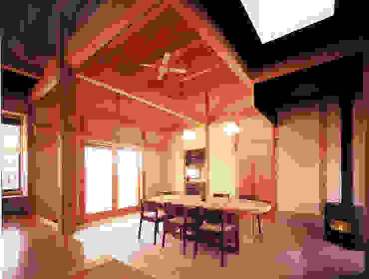暖炉が燃える土間 オリジナルデザインの 多目的室 の アトリエ優 一級建築士事務所 オリジナル