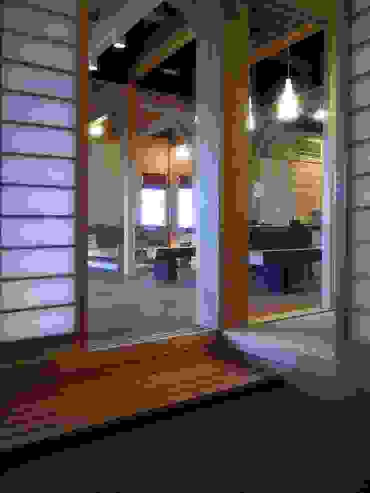 玄関の大黒柱(8寸角杉柱) オリジナルな 壁&床 の アトリエ優 一級建築士事務所 オリジナル