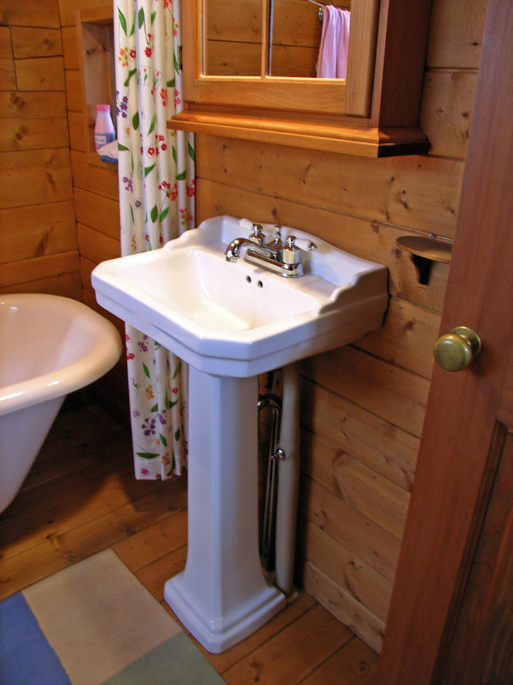 Small Cottage at Mt.Yatsugatake, Japan Country style bathroom by Cottage Style / コテージスタイル Country