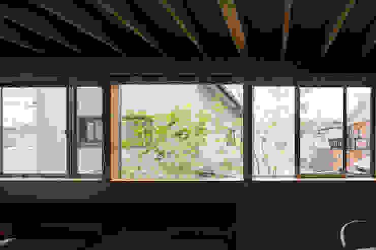 Ruang Keluarga Modern Oleh TRANSTYLE architects Modern