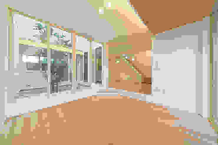 『ソラ庭のある家』 モダンデザインの リビング の 納得住宅南大阪 モダン