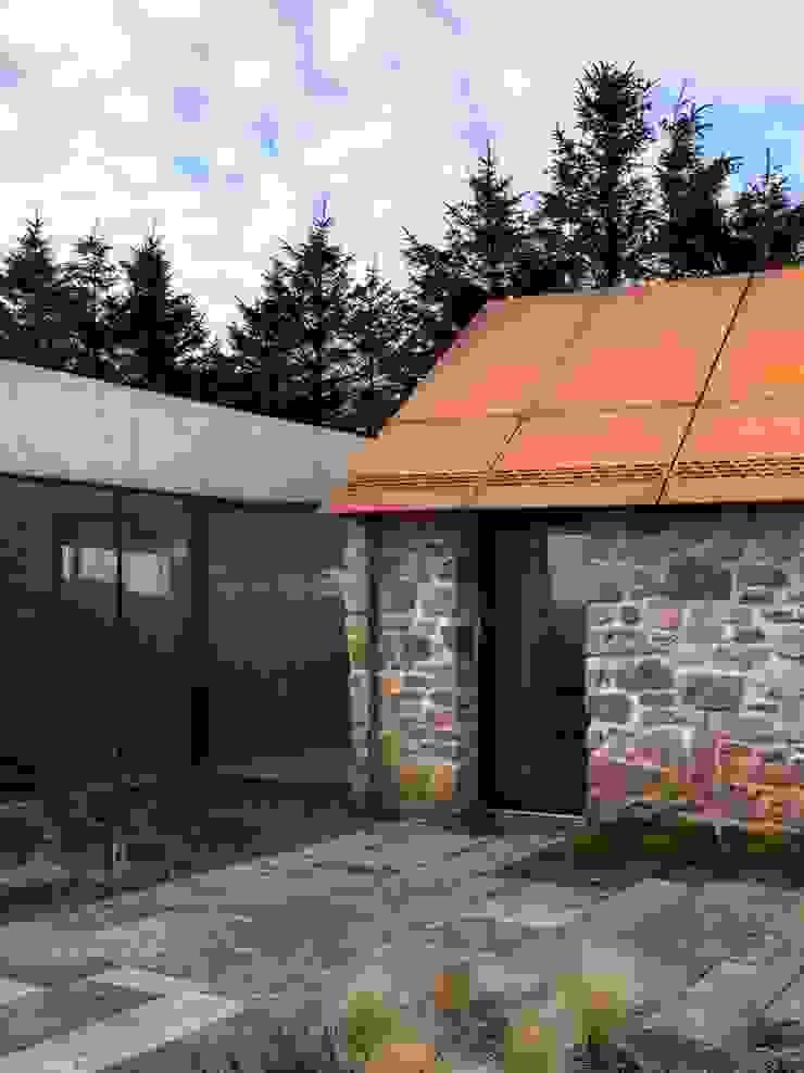Stormy Castle LOYN+CO ARCHITECTS Minimalist houses