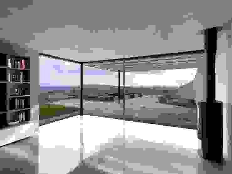 Stormy Castle LOYN+CO ARCHITECTS Minimalist living room