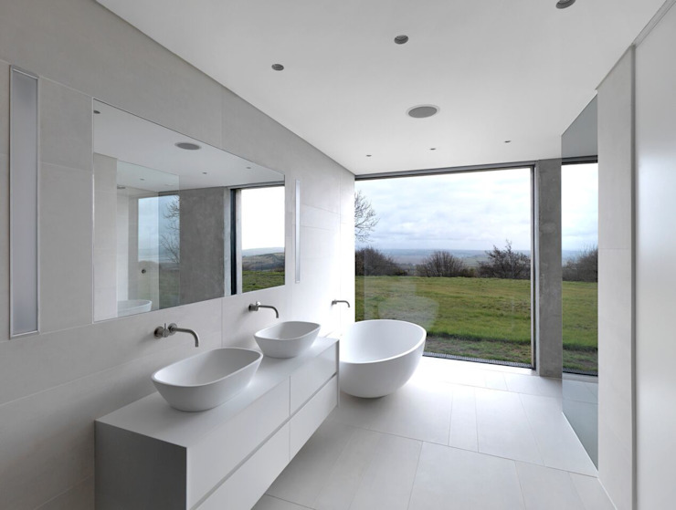 Stormy Castle Minimalist style bathrooms by LOYN+CO ARCHITECTS Minimalist
