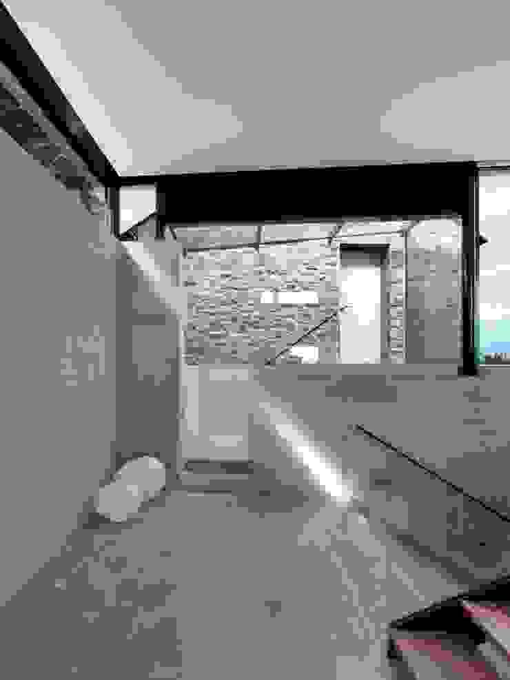 Stormy Castle LOYN+CO ARCHITECTS Minimalist corridor, hallway & stairs