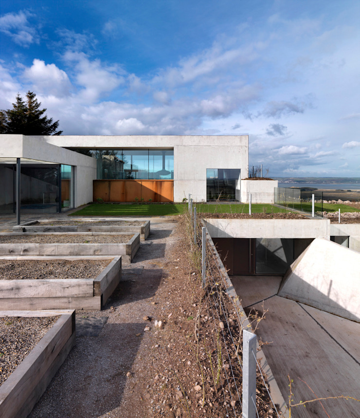 Stormy Castle LOYN+CO ARCHITECTS Minimalist style garden